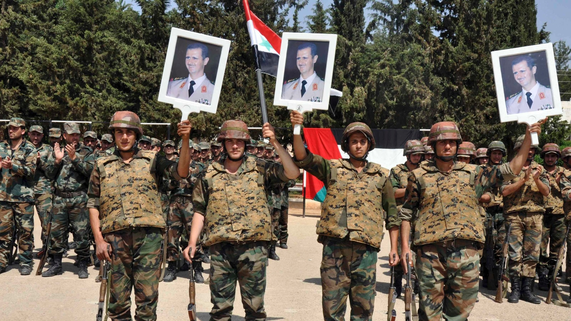 6.mai.2013 - Foras leais ao presidente da Sria, Bashar Assad, exibem foto do ditador  durante a comemorao do Dia dos Mrtires, em um local no revelado