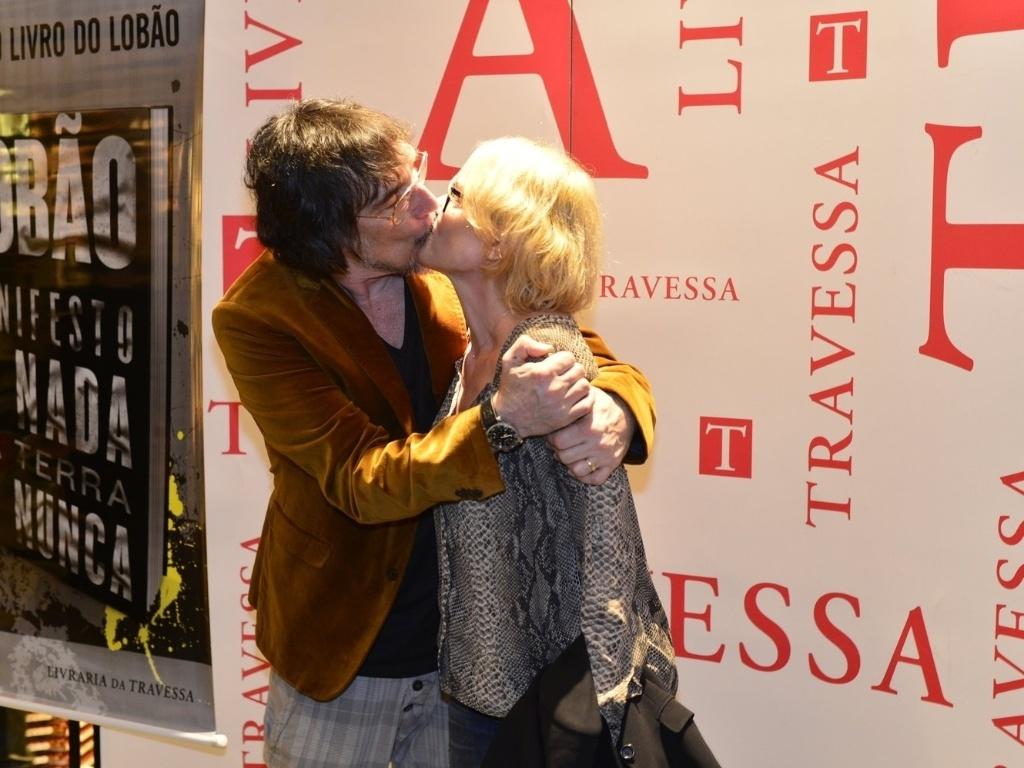 6.mai.2013 - O músico Lobão dá beijo durante lançamento do livro