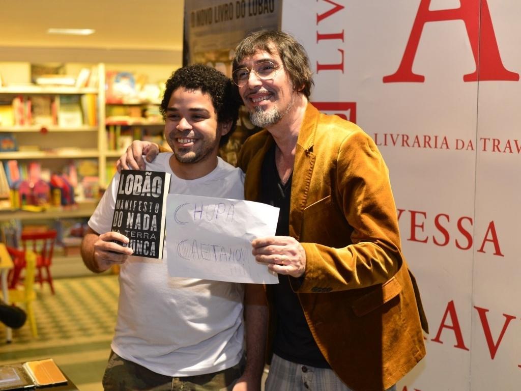 6.mai.2013 - O músico Lobão provoca Caetano Veloso durante lançamento do livro