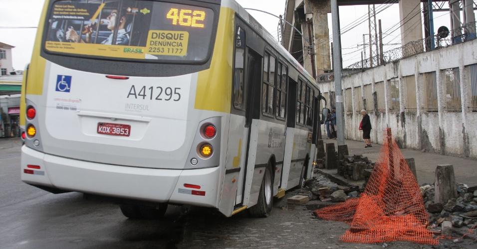 De Obras Em Frente A Rampa Acesso As Estacoes Trem E Metro