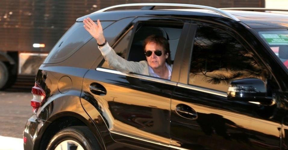 6.mai.2013 - Paul McCartney é levado até o estádio Serra Dourada, em Goiânia, para apresentação na cidade. Durante o trajeto o ex-Beatle acena para fãs e é escoltado pela Polícia Federal no estado