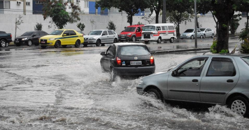 6.mai.2013 - Ponto de alagamento é registrado na avenida Alberico Diniz, principal via de ligação entre os bairros da zona oeste e zona norte do Rio de Janeiro, nesta segunda-feira (6). A chuva forte pela manhã causou diversos pontos de alagamento pela cidade. A estação de medição do Instituto Nacional de Meteorologia (Inmet) em Copacabana, na zona sul da cidade, registrou rajadas de vento de 93 quilômetros por hora (km/h) às 8h
