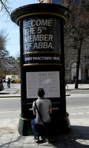 6.mar.2013 - Na inauguração do museu do ABBA, um piano foi instalado na calçada para que os fãs possam se sentir o 5° integrante do grupo