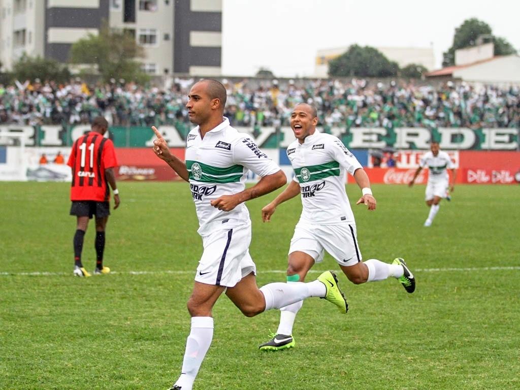 Deivid e Sergio Manoel comemoram do Coritiba em empate diante do Atlético-PR (05/05/2013)