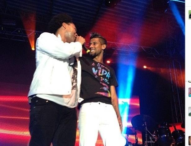 Léo Moura (d) participa de show do cantor Thalles Roberto, seu amigo e cliente na empresa de produção LMC