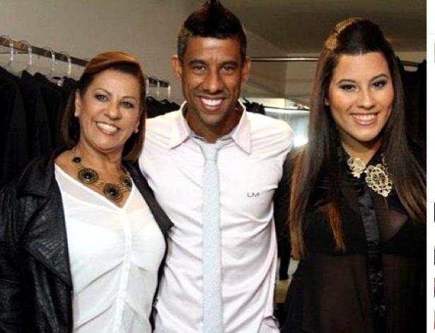 Léo Moura posa com a mãe (e) e a irmã (d) vestindo uma das peças de sua linha de camisas sociais, a LM