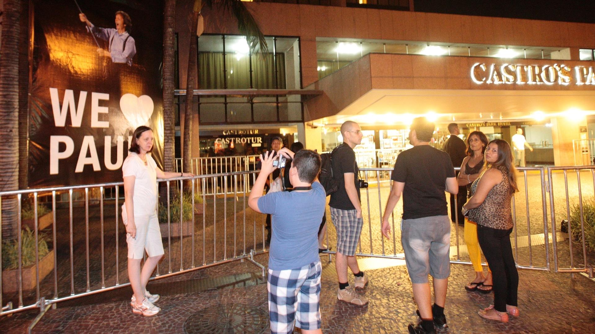 Na porta do hotel onde Paul McCartney está hospedado em Goiânia, fãs fizeram faixa