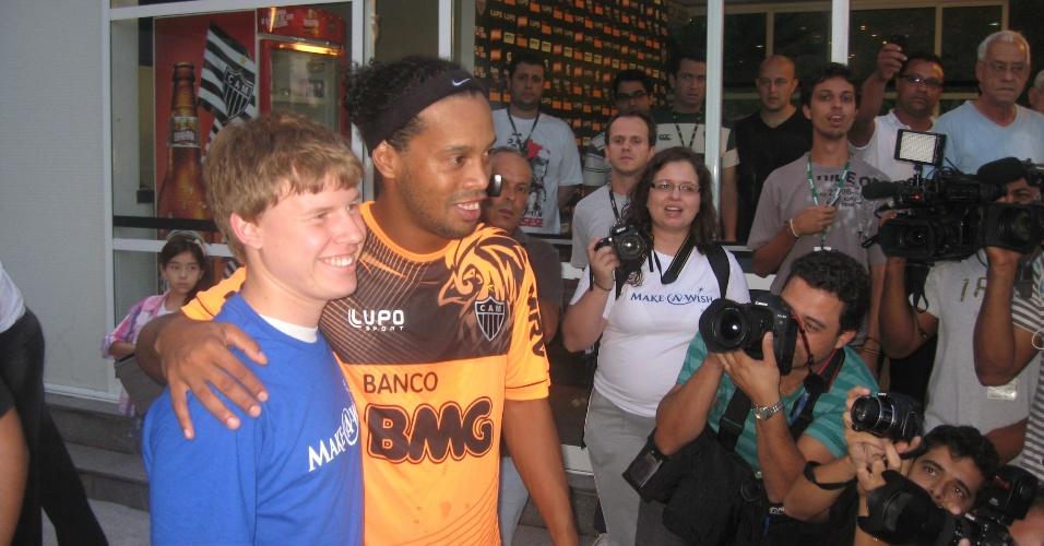 07/05/2013 - Ronaldinho Gaúcho posa para foto com o jovem torcedor norte-americano José Arreolo, de 17 anos