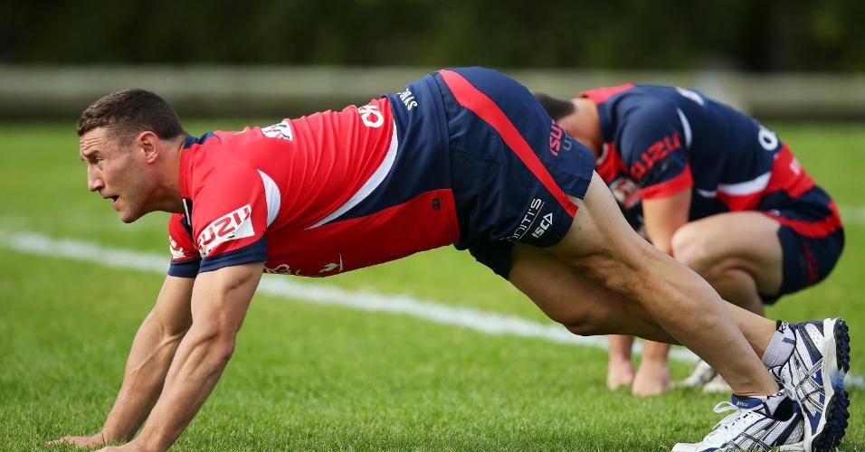 07.mai.2013 - Luke O'Donnell se aquece durante treino do Sydney Roosters, time de futebol australiano