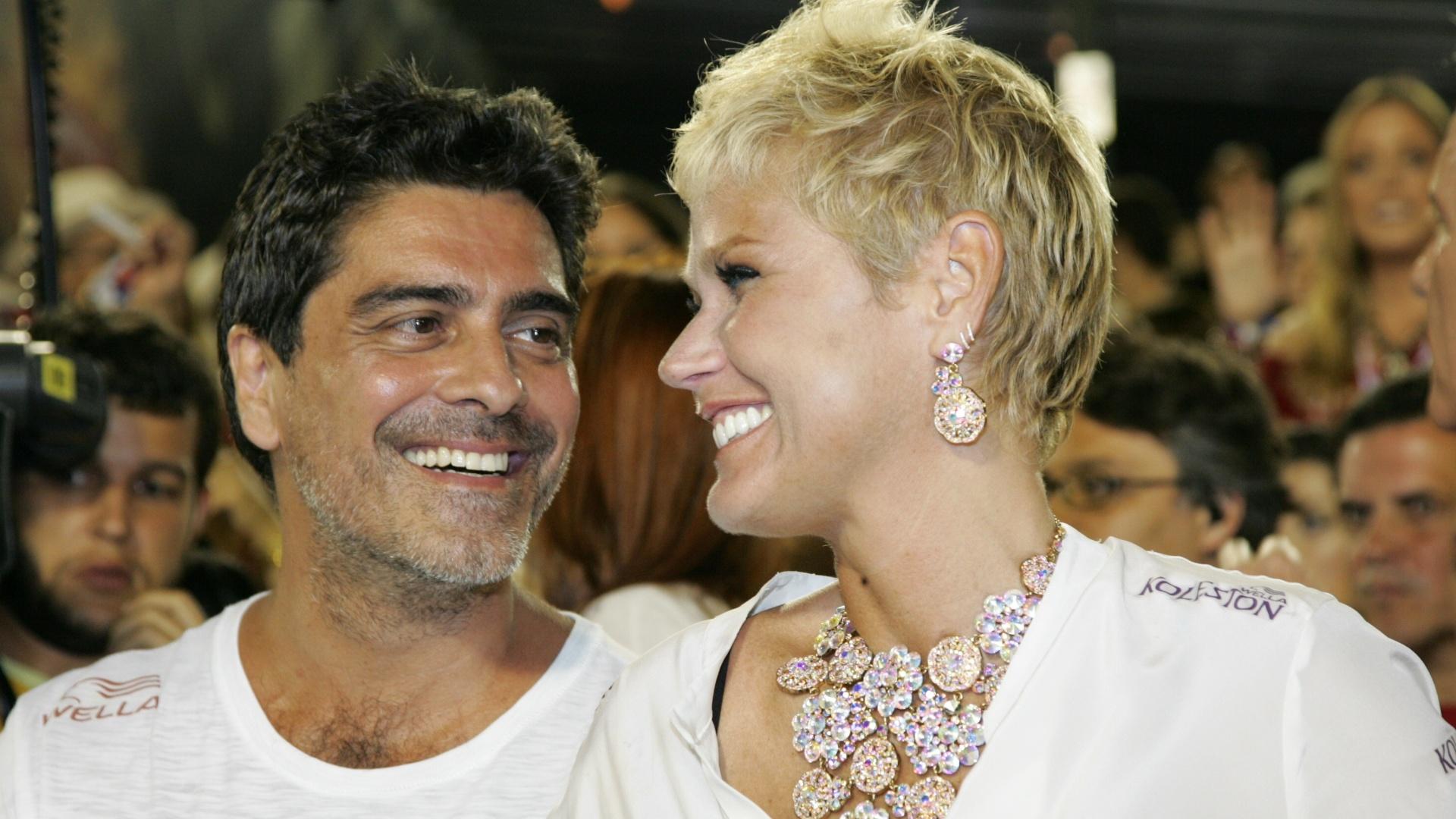 11.fev.2013 - Junno Andrade e Xuxa assistem a desfile no Sambódromo do Rio de Janeiro