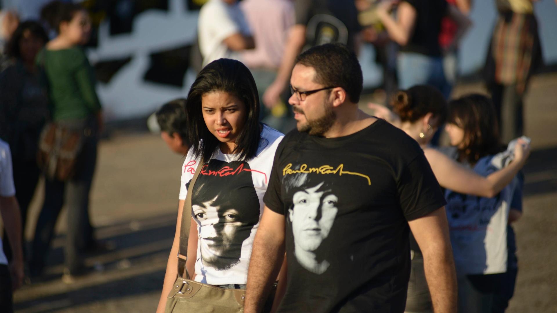 6.mai.2013 - Fãs de Paul McCartney se reúnem antes do show em Goiânia. O ex-beatle vem ao Brasil com a turnê