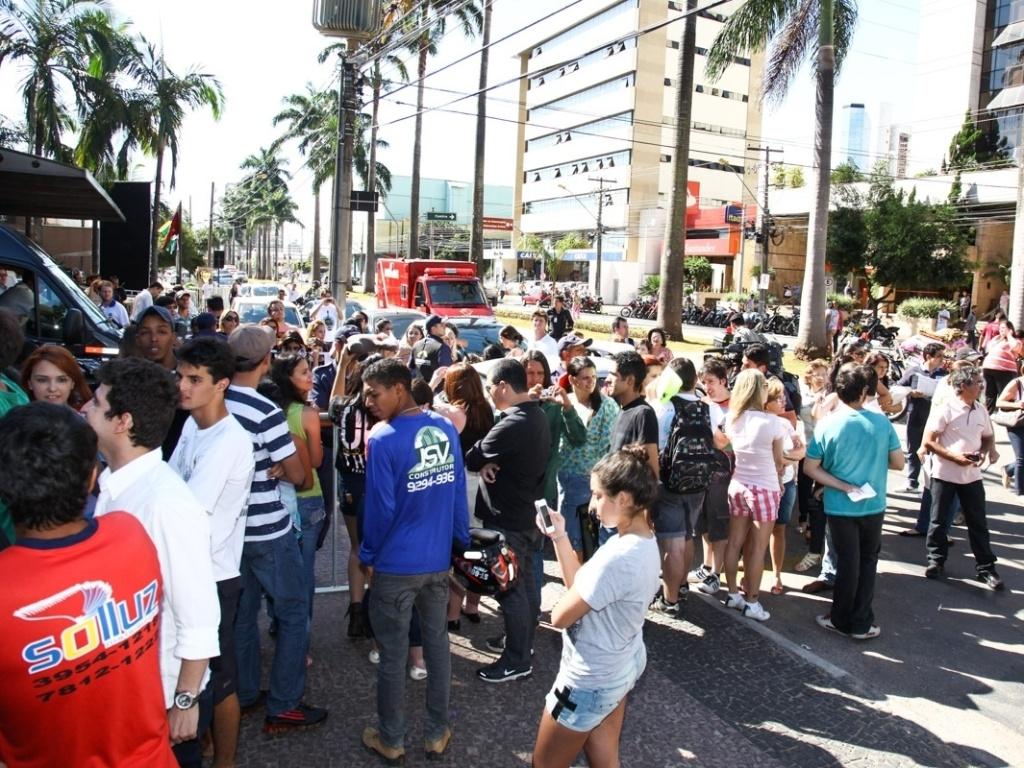 7.mai.2013 - Fãs de Paul McCartney se concentram em porta de hotel em Goiânia