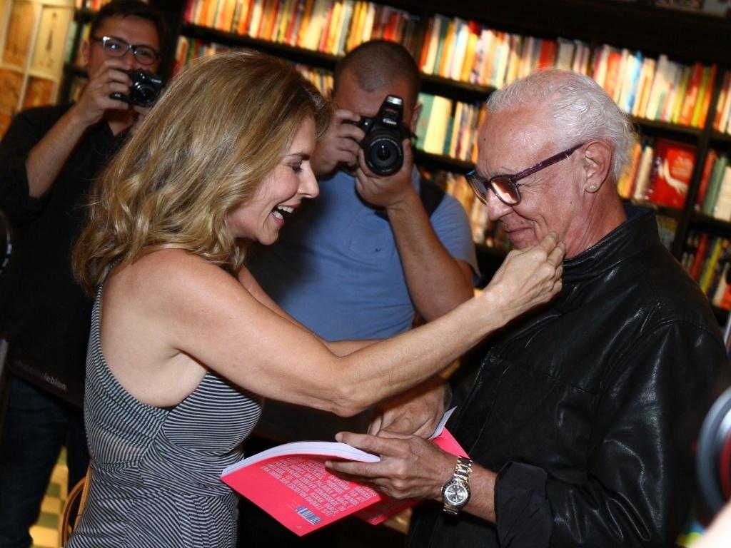 7.mai.2013 - Maitê Proença recebe o carinho do amigo Ney Latorraca ao lançar o livro