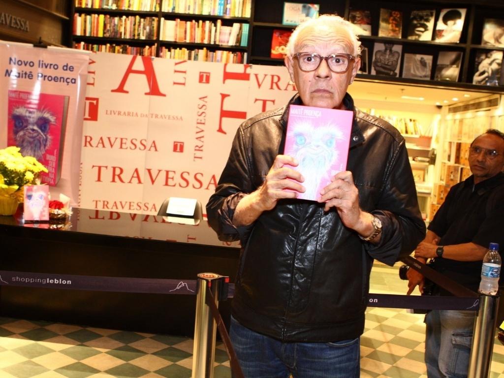7.mai.2013 - O ator Ney Latorraca brinca ao posar para foto em noite de autógrafos do livro de Maitê Proença,