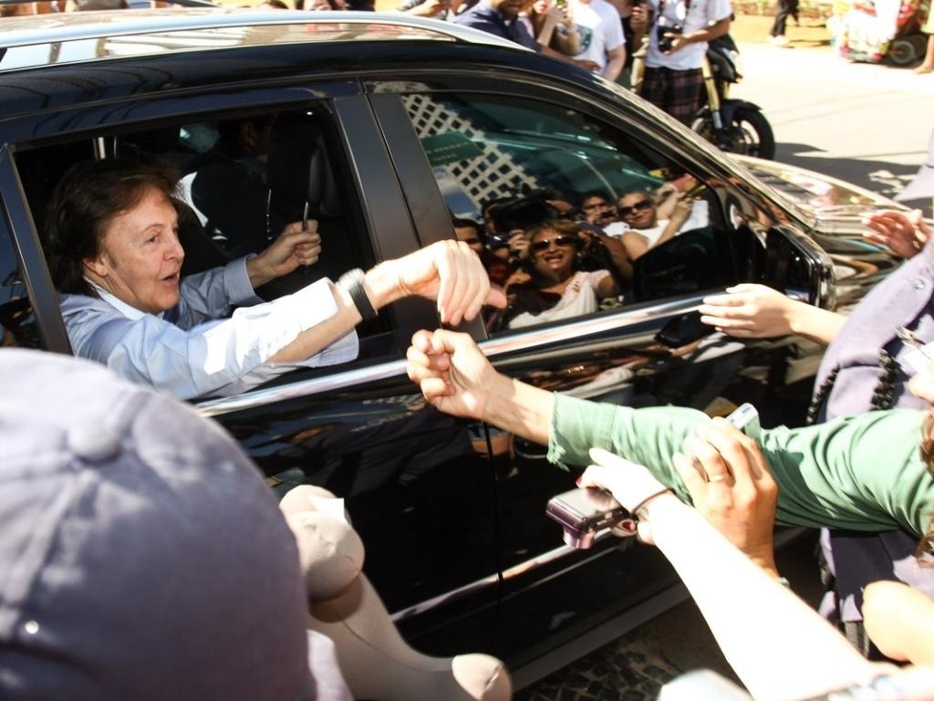 7.mai.2013 - Paul McCartney deixa hotel em Goiânia com vidros do carro abertos e cumprimenta fãs