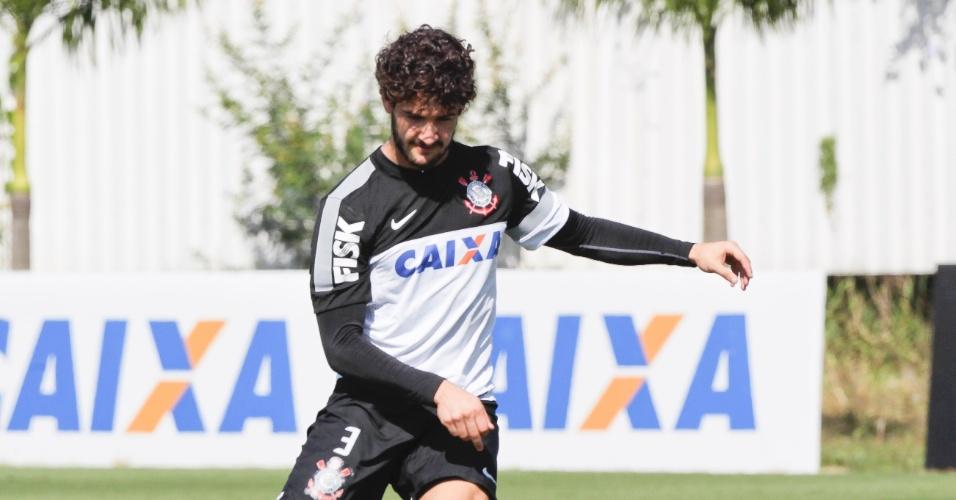 Atacante Alexandre Pato bate na bola durante o treino no CT Joaquim Grava