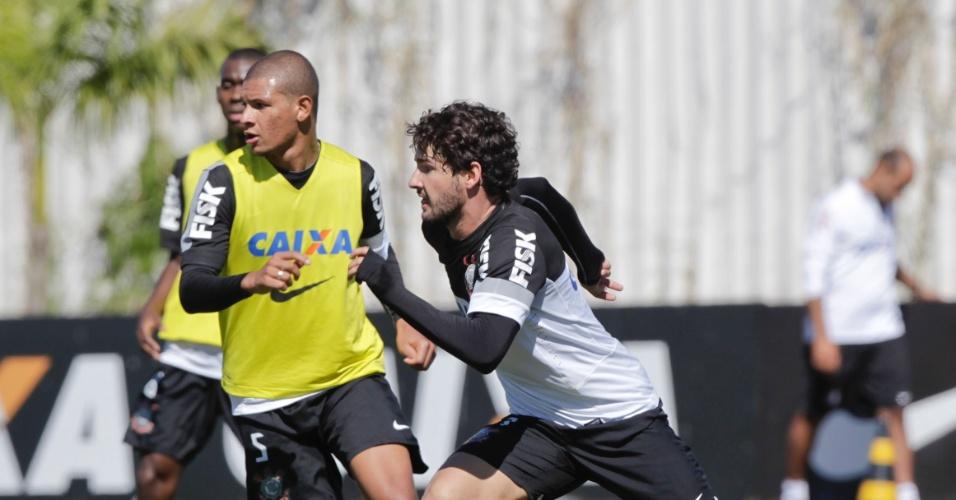 Atacante Alexandre Pato carrega a bola durante treino no CT Joaquim Grava