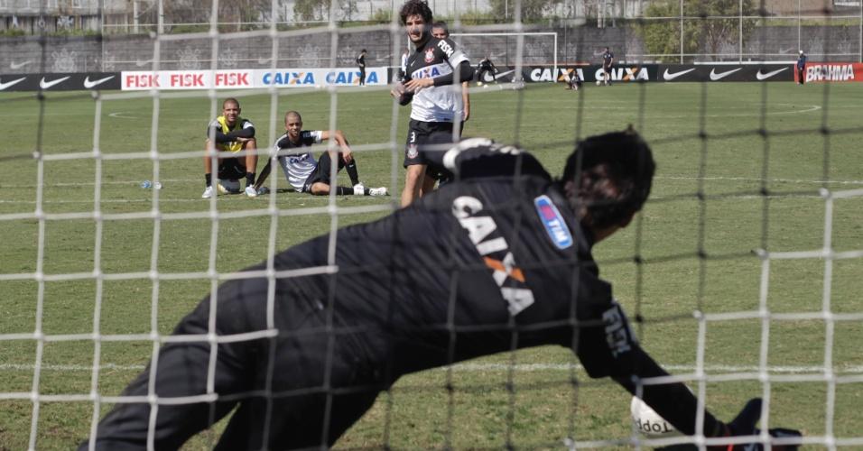 Atacante Alexandre Pato treina cobranças de pênalti após o treino no CT Joaquim Grava