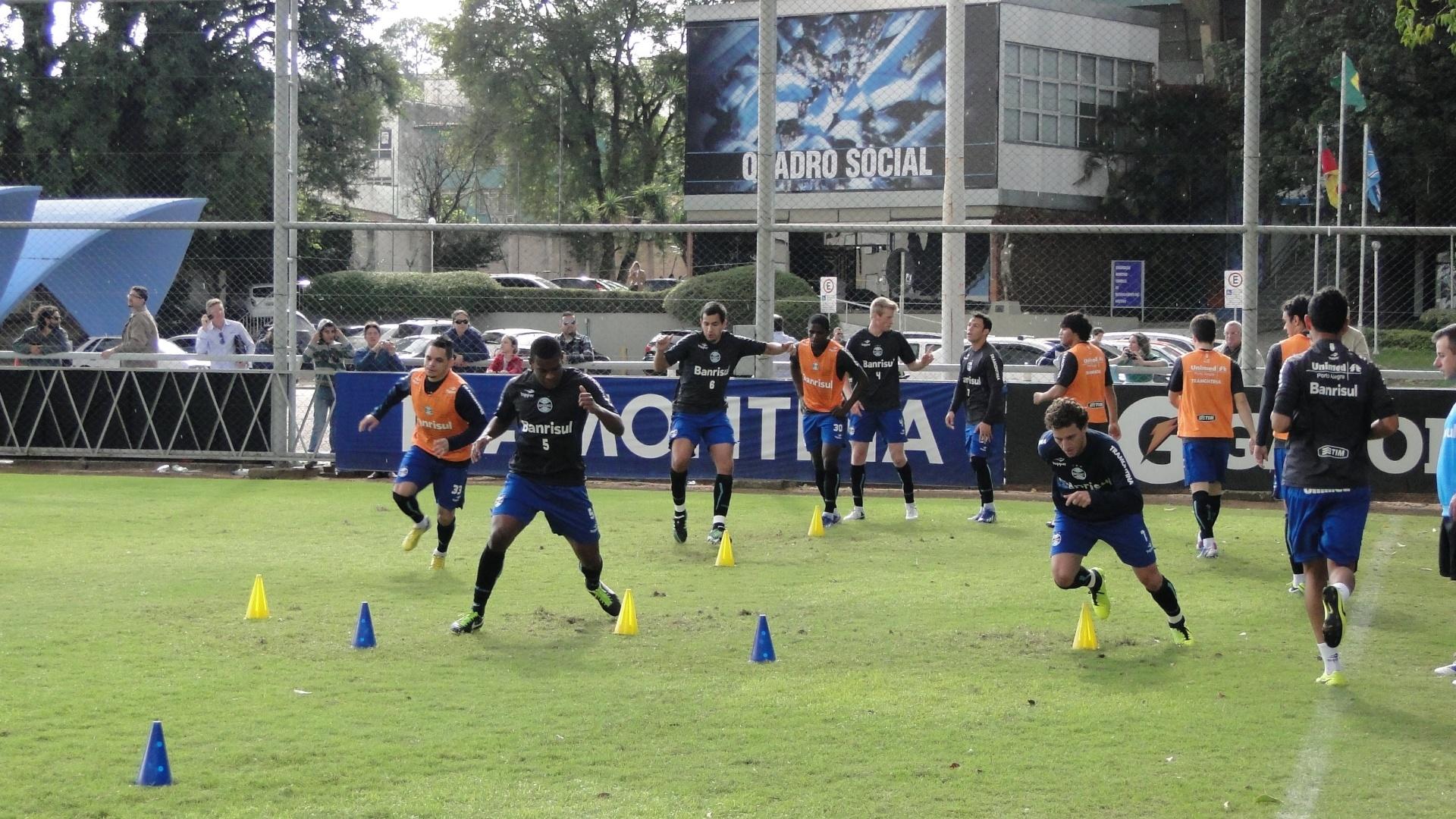 Elano, Fernando e jogadores do Grêmio realizam treino físico no gramado suplementar do estádio Olímpico (07/05/2013)