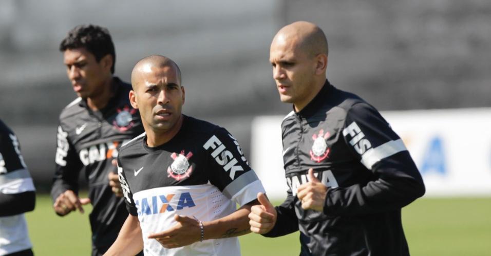 Emerson Sheik e Fabio Santos conversam durante o aquecimento do Corinthians no CT Joaquim Grava