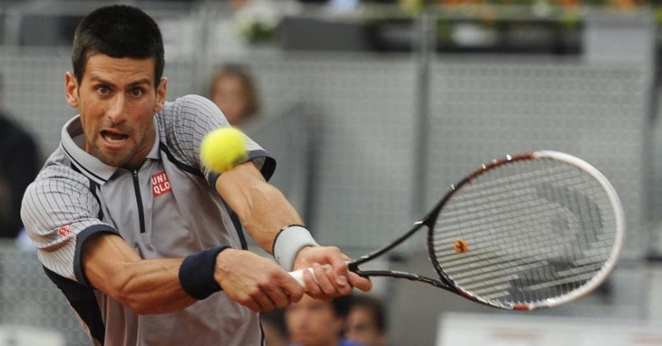 Sérvio Novak Djokovic devolve bola contra o búlgaro Grigor Dimitrov pelo Masters 1000 de Madri