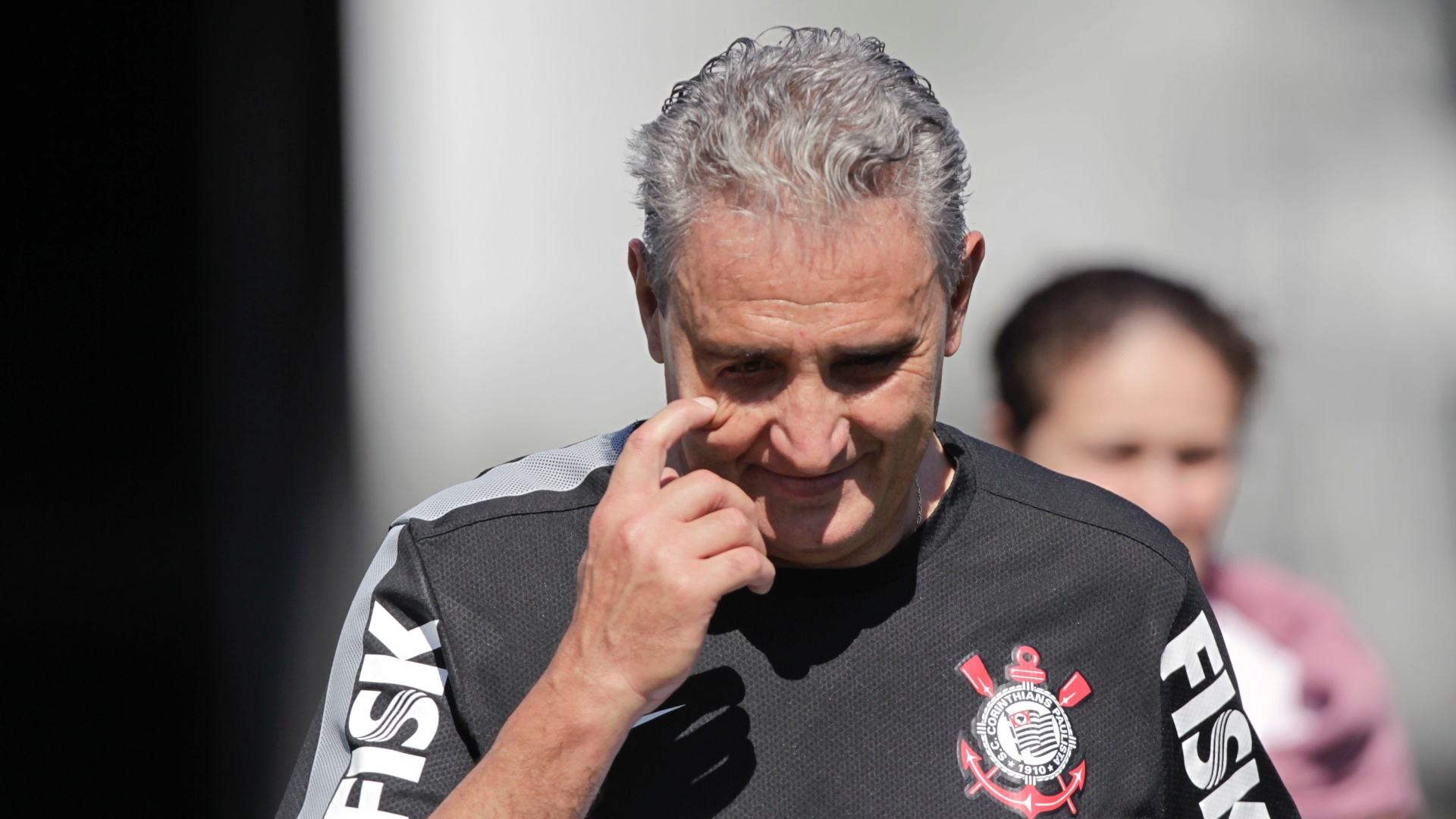 Tite caminha aps a pelada entre o time da comisso tcnica do Corinthians e o time dos operrios do Itaquero