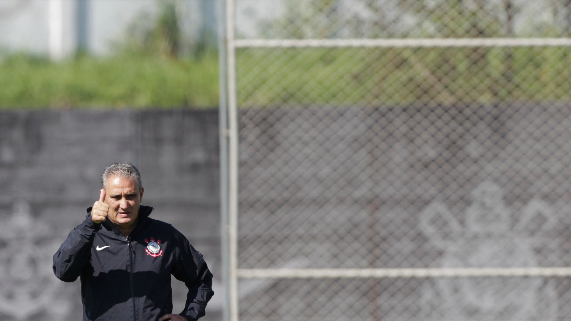 Tite gesticula durante o treino do Corinthians no CT Joaquim Grava