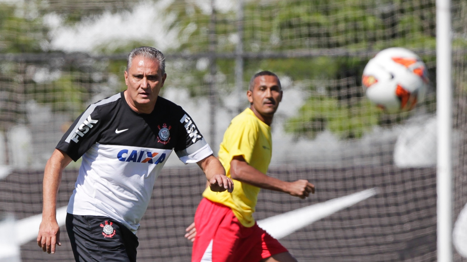 Tite observa a movimentao da bola durante a pelada realizada no CT Joaquim Grava