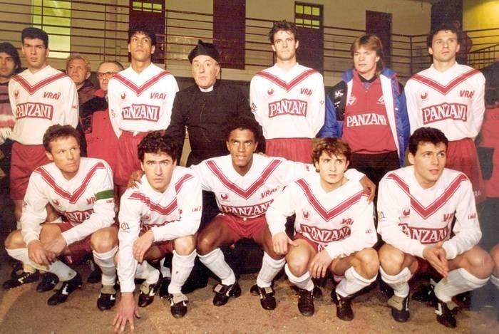 Valdeir no centro do time do Bordeaux, com Zidane em pé (o primeiro da esquerda)