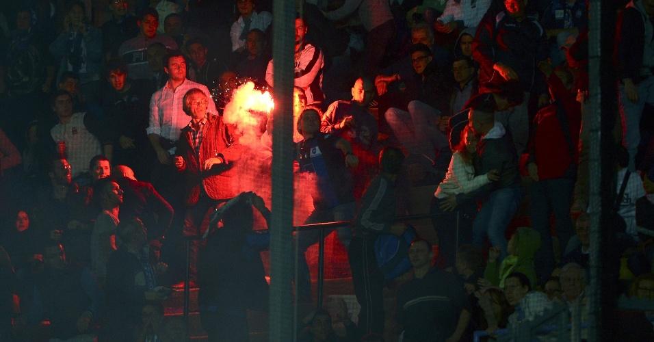 08.mai.2013 - Partida entre Atalanta e Juventus foi paralisada por cerca de oito minutos após os torcedores das duas equipes arremessarem sinalizadores contra os rivais