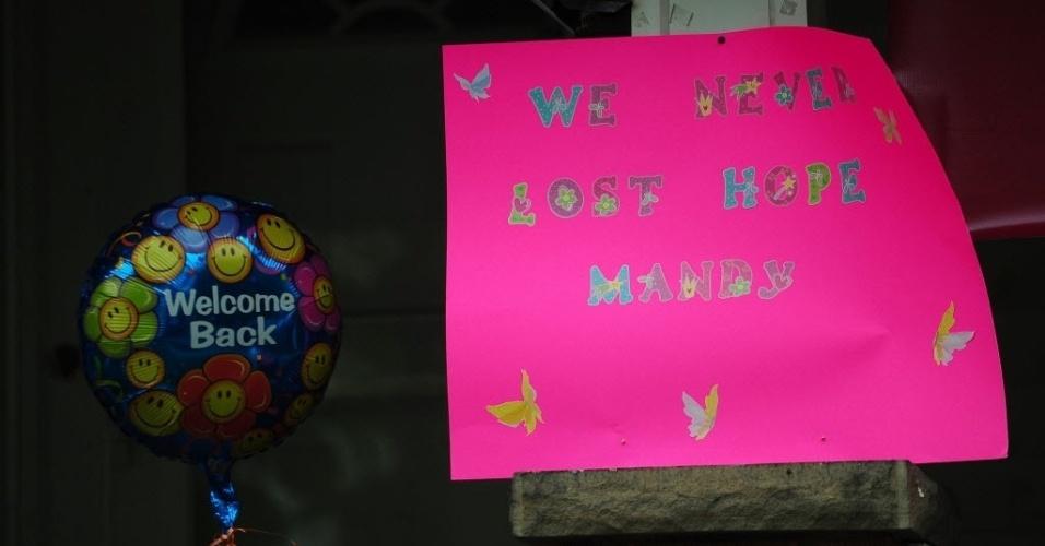 7.mai.2013 - Balão colorido e cartaz são pendurados do lado de fora da casa de Amanda Berry, em Cleveland, Ohio (EUA). Ela, Gina DeJesus e Michelle Knight, que desapareceram há cerca de dez anos, foram encontradas no sul da cidade norte-americana. Segundo a polícia, três irmãos hispânicos foram detidos pela relação com o sequestro