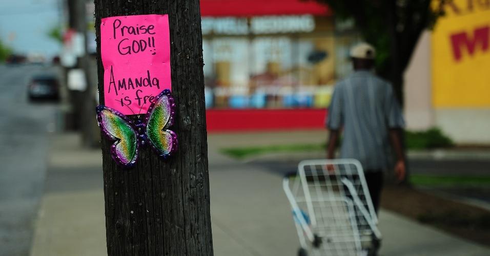 8.mai.2013 - Cartazes são colocados em uma rua de Cleveland, Ohio (EUA), onde Amanda Berry trabalhava há dez anos, antes de ser sequestrada. Ela, Gina DeJesus e Michelle Knight, foram encontradas no sul da cidade norte-americana. Segundo a polícia, três irmãos hispânicos foram detidos pela relação com o sequestro