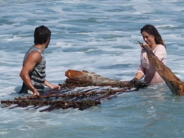 """8.mai.2013 - Em """"Flor do Caribe"""", Natália e Juliano ficam ilhados em praia deserta"""