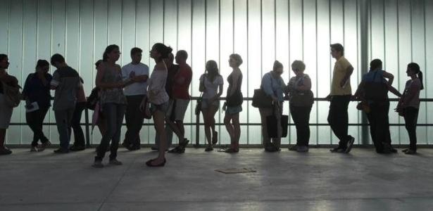 8.mai.2013 - Fãs de Paul McCartney fazem fila para trocar ingressos no Estádio Arena Castelao, em Fortaleza