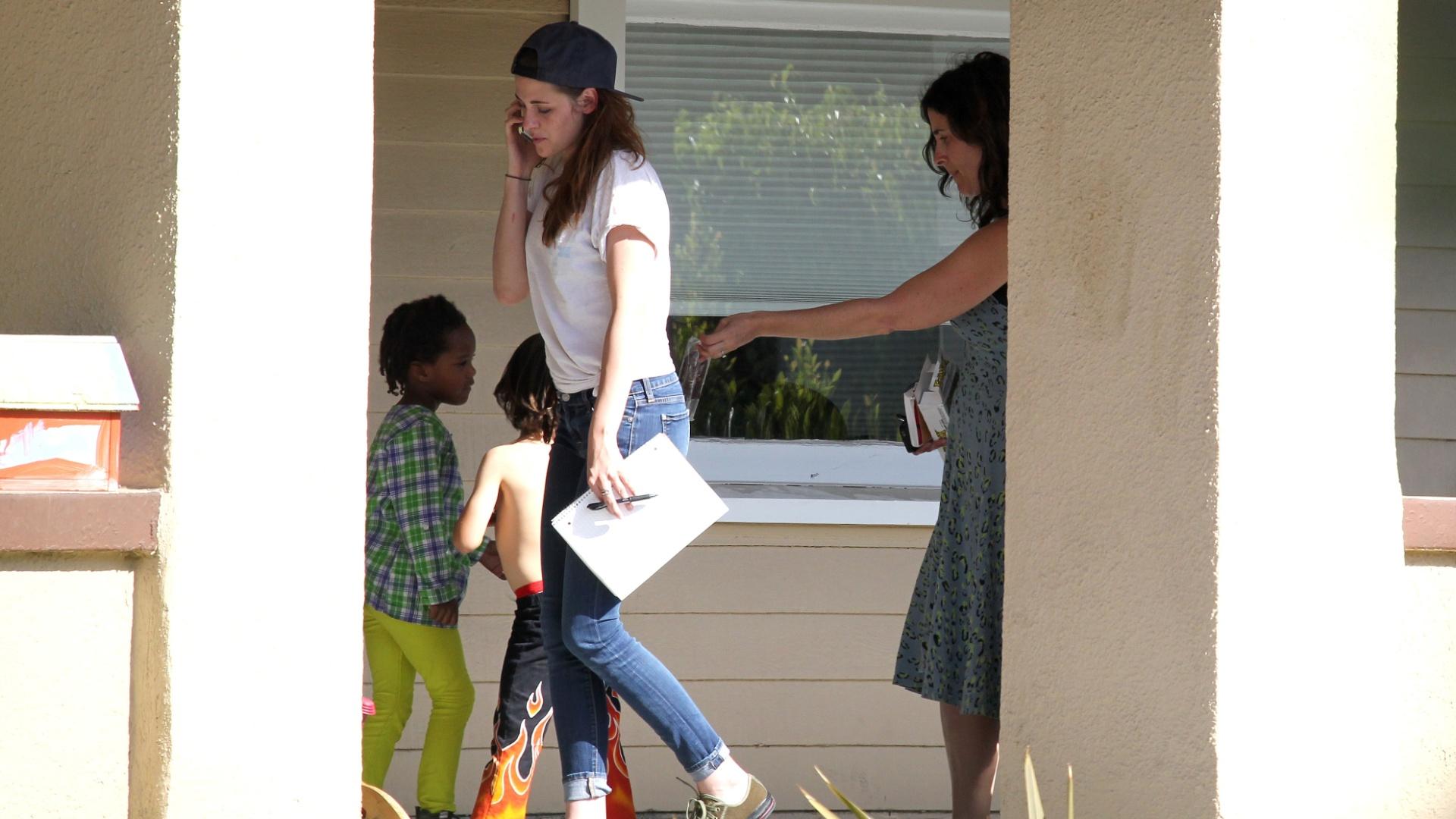 8.mai.2013 - Kristen fica tímida ao ser cercada pelas crianças