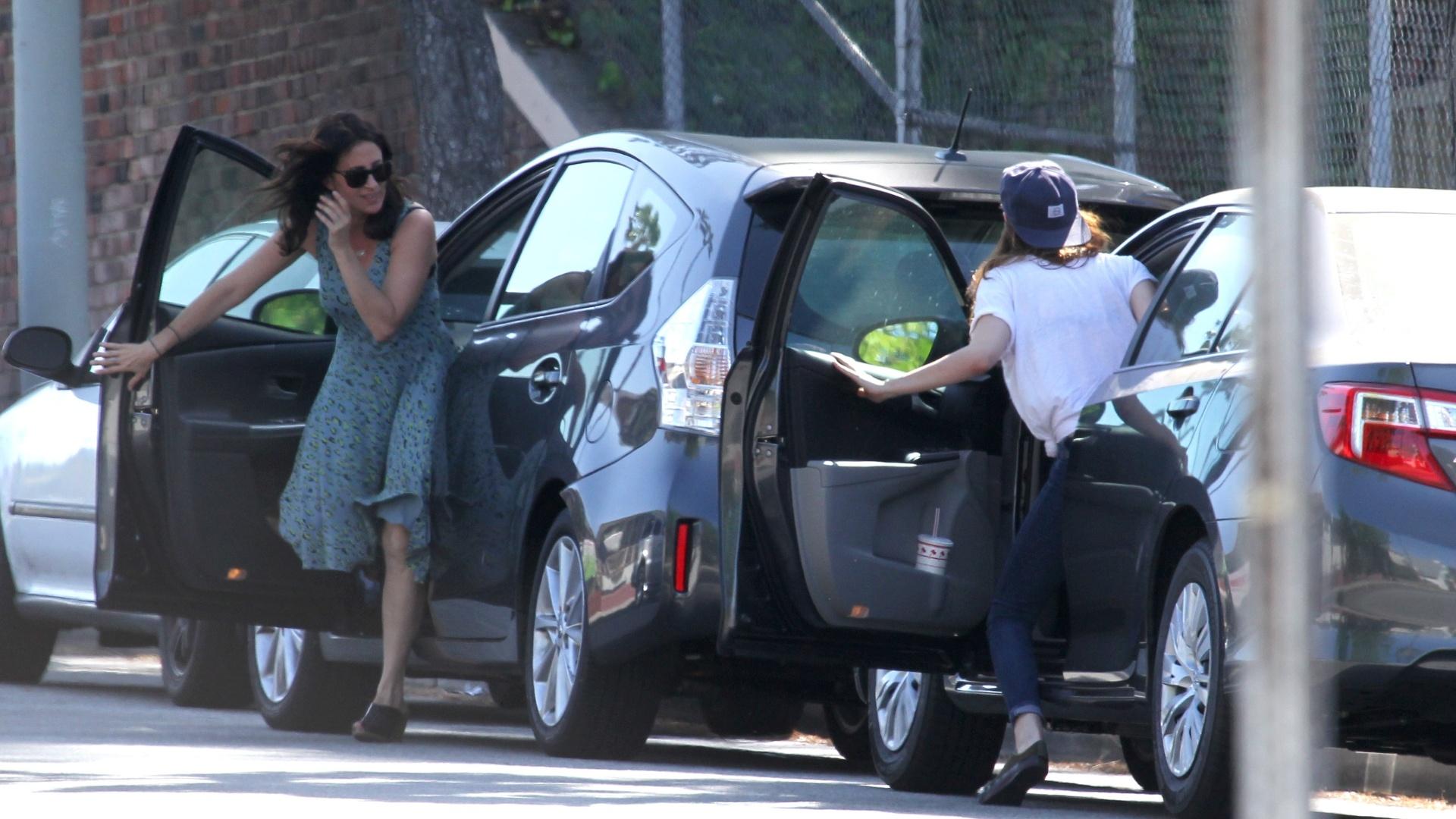 8.mai.2013 - Kristen Stewart bate o carro na traseira de outro veículo em Los Angeles
