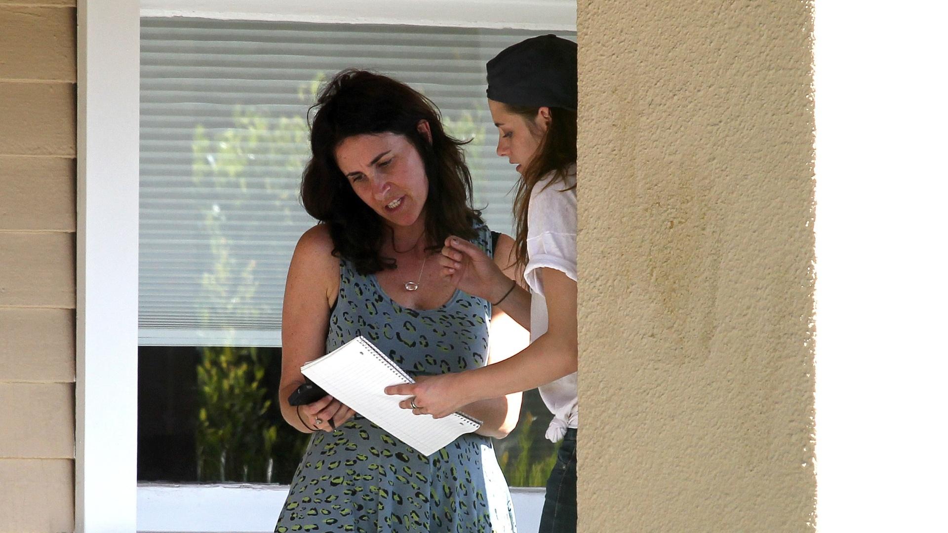 8.mai.2013 - Kristen Stewart troca informações com a motorista do outro veículo