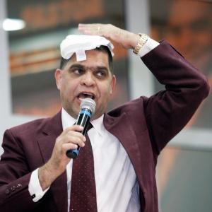 O pastor Marcos Pereira da Silva durante culto