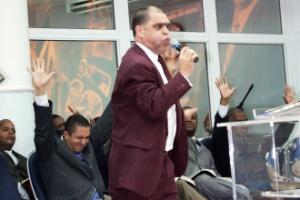 Pastor Marcos Pereira da Silva participa de culto da igreja evangélica Assembléia de Deus dos Últimos Dias em São João de Meriti