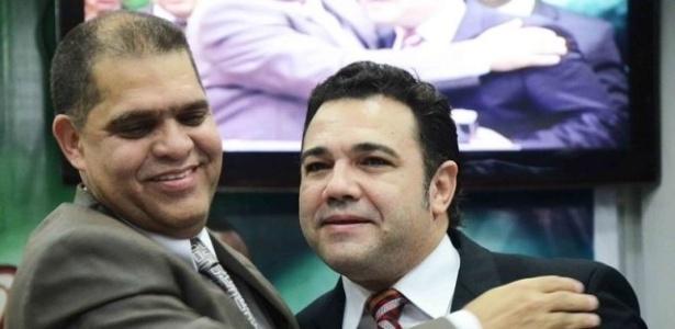 O pastor Marcos Pereira abraça o pastor e deputado federal Marcos Feliciano em imagem de arquivo