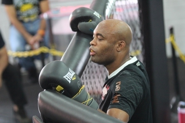 Anderson Silva descansa durante treino no centro de treinamento do Team Nogueira visando duelo com Chris Weidman, no UFC 162