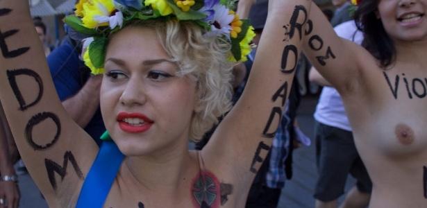 8.mai.2013 - Sara Winter comanda manifestação em São Paulo; na época, ela ainda era líder do Femen no Brasil