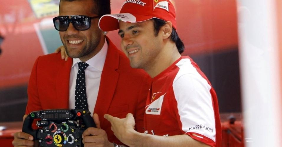 09.mai.2013 - Felipe Massa recebeu a visita de Daniel Alves nos boxes da Ferrari no circuito da Catalunha