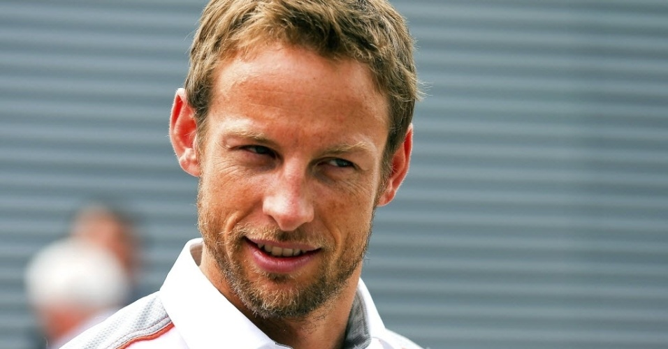 09mai2013---jenson-button-da-mclaren-e-visto-no-paddock-do-circuito-da-catalunha-1368107135810_956x500.jpg