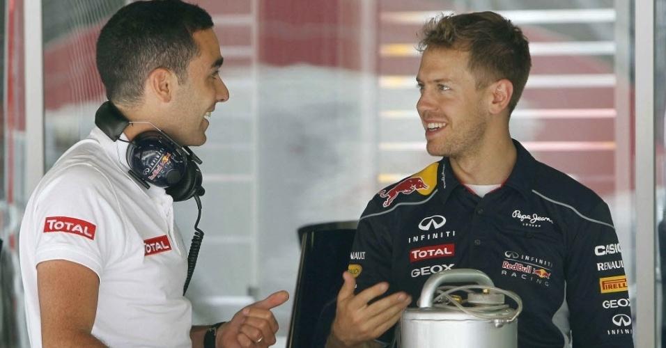 09.mai.2013 - Sebastian Vettel conversa com membro da Red Bull nos boxes da equipe no circuito da Catalunha