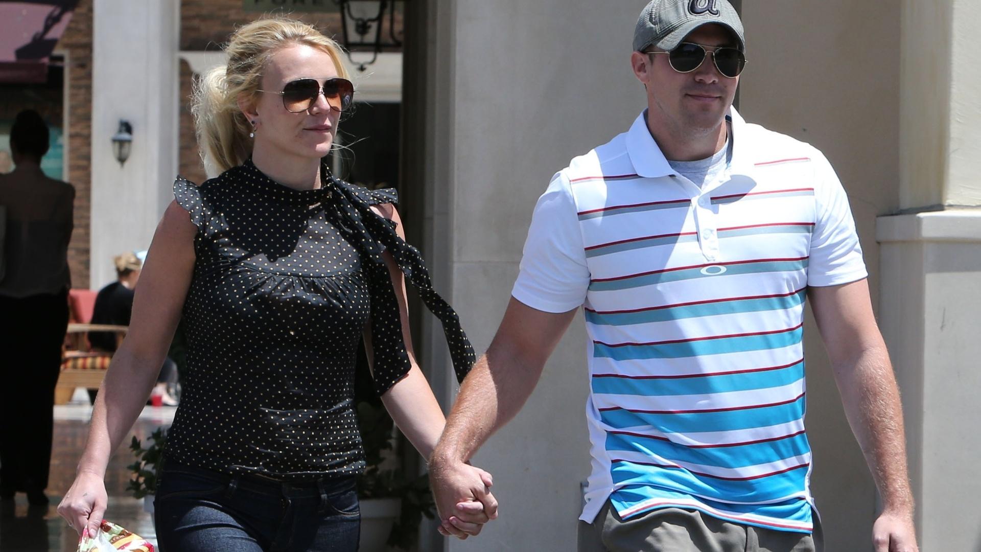 8.mai.2013 - Britney Spears caminha de mãos dadas com o namorado David Lucado após fazer compras em um supermercado