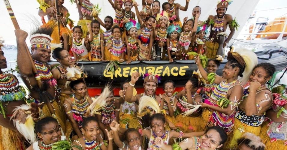 9.mai.2013 - Bailarinos tradicionais de Papua recebem o navio da organização ambiental Greenpeace, Rainbow Warrior, em Jayapura, na Indonésia. A embarcação foi ao país para documentar a costa do país, um dos ambientes mais ameaçados, três anos depois de a marinha da Indonésia impedir o carro-chefe do Greenpeace de entrar em suas águas, em outubro de 2010