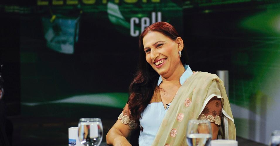 9.mai.2013 - Bindia Rana, 45, candidata independente transexual que concorre nas eleições de 11 de maio, no Paquistão, sorri durante um programa de um canal de televisão local em Karachi, no Paquistão. O Paquistão, um país onde os golpes de Estado são comuns desde a sua criação, em 1947, organiza as primeiras eleições nacionais de sua história depois de um governo eleito conseguir completar um mandato inteiro