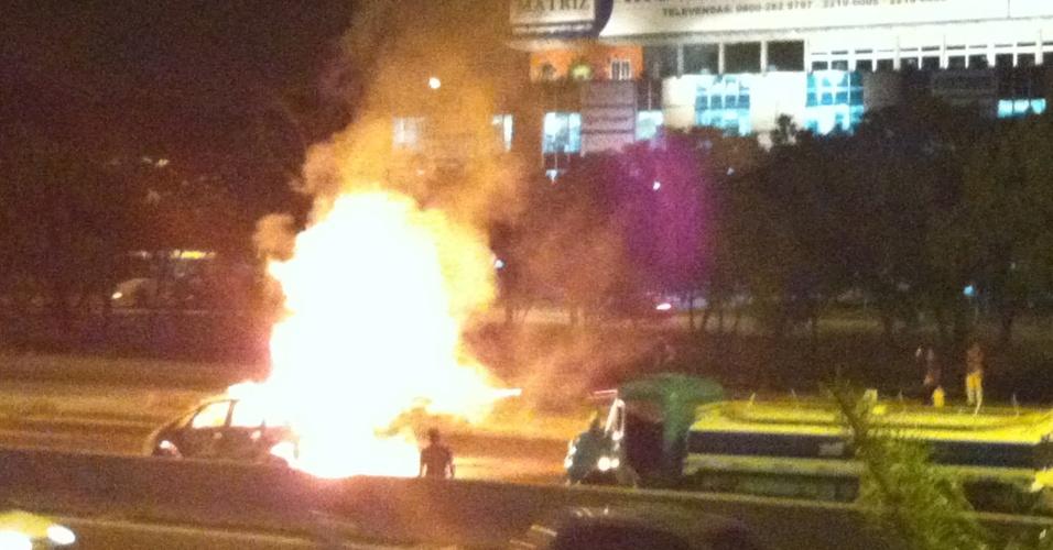 9.mai.2013 - Carro pega fogo na avenida Brasil, altura da Penha, na zona norte do Rio de Janeiro, durante a madrugada desta quinta-feira (9). Não há informações sobre feridos e o que teria causado o incêndio