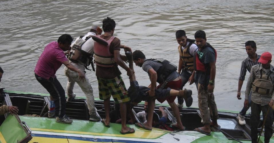9.mai.2013 - Foto divulgada nesta quinta-feira (9) mostra resgate de passageiros de um ônibus que caiu em um rio em uma área montanhosa a cerca de 20 quilômetros da cidade de Kullu, no Estado de Himachal Pradesh, no norte da Índia, ontem (8). O veículo transportava cerca de 60 pessoas, das quais 32 morreram e 15 ficaram feridas